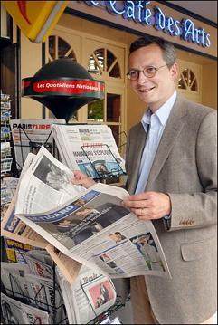 J'aime assez lire Le Figaro, surtout debout.