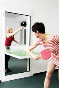 """Cette table de ping pong en forme de porte pour illustrer la partie """"Obsession de la Hype"""" du billet"""